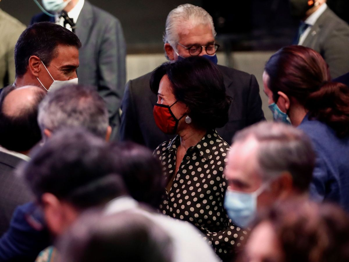 Foto: El presidente del Gobierno Pedro Sánchez (i) conversa con Ana Botín (c), presidenta de Santander, ante el vicepresidente Pablo Iglesias (d). (EFE)