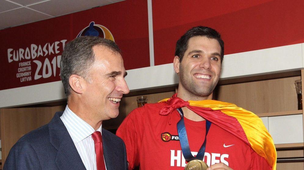 Foto: Felipe Reyes posa junto al Rey Felipe tras ganar la medalla de oro ante Lituania (Efe).