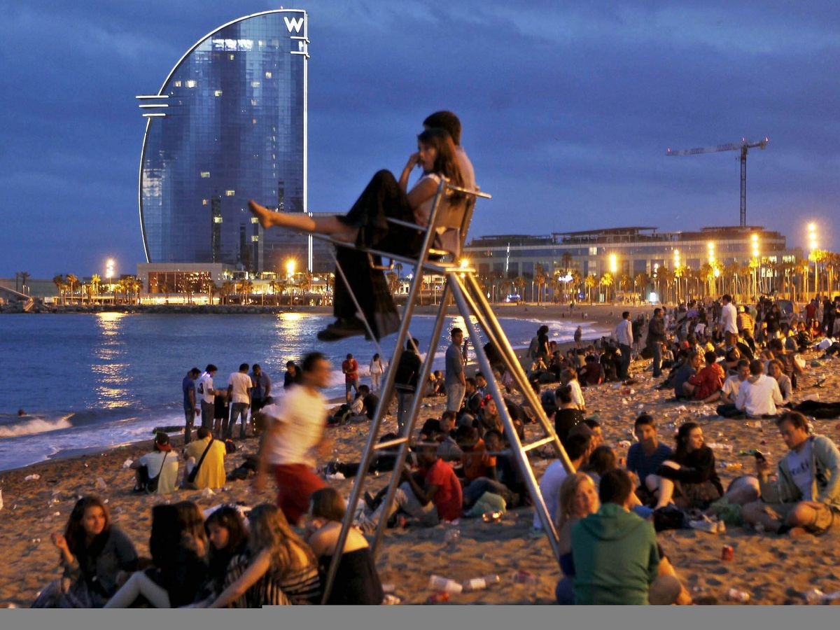 Foto: Playa de la Barceloneta durante lo noche de hogueras de San Juan en Barcelona (EFE)