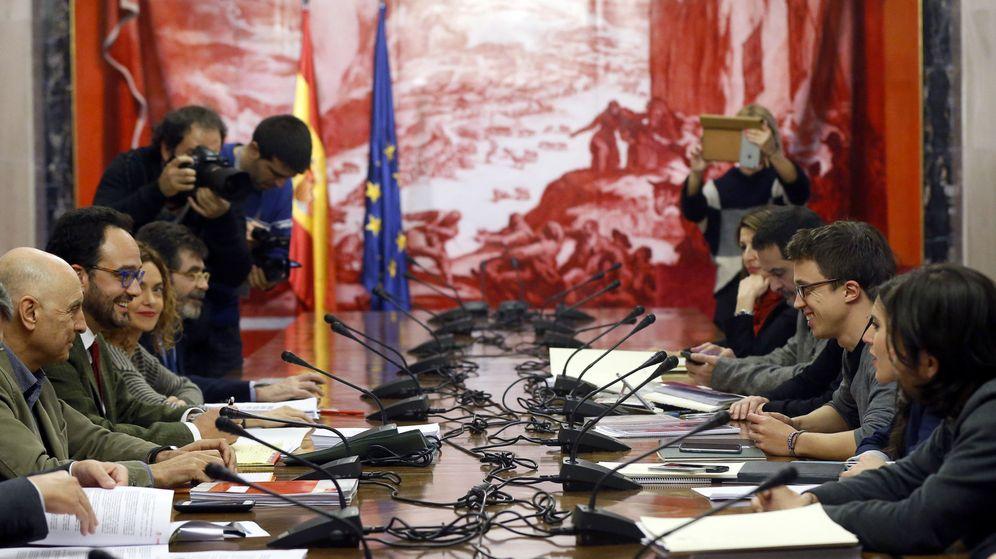 Foto: Reunión entre las comisiones negociadoras de PSOE y Podemos, iniciada minutos después de que Sánchez anunciase un acuerdo con Ciudadanos. (EFE)