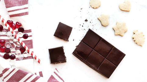 Turrón de chocolate y arándanos, una tableta crujiente hecha en casa