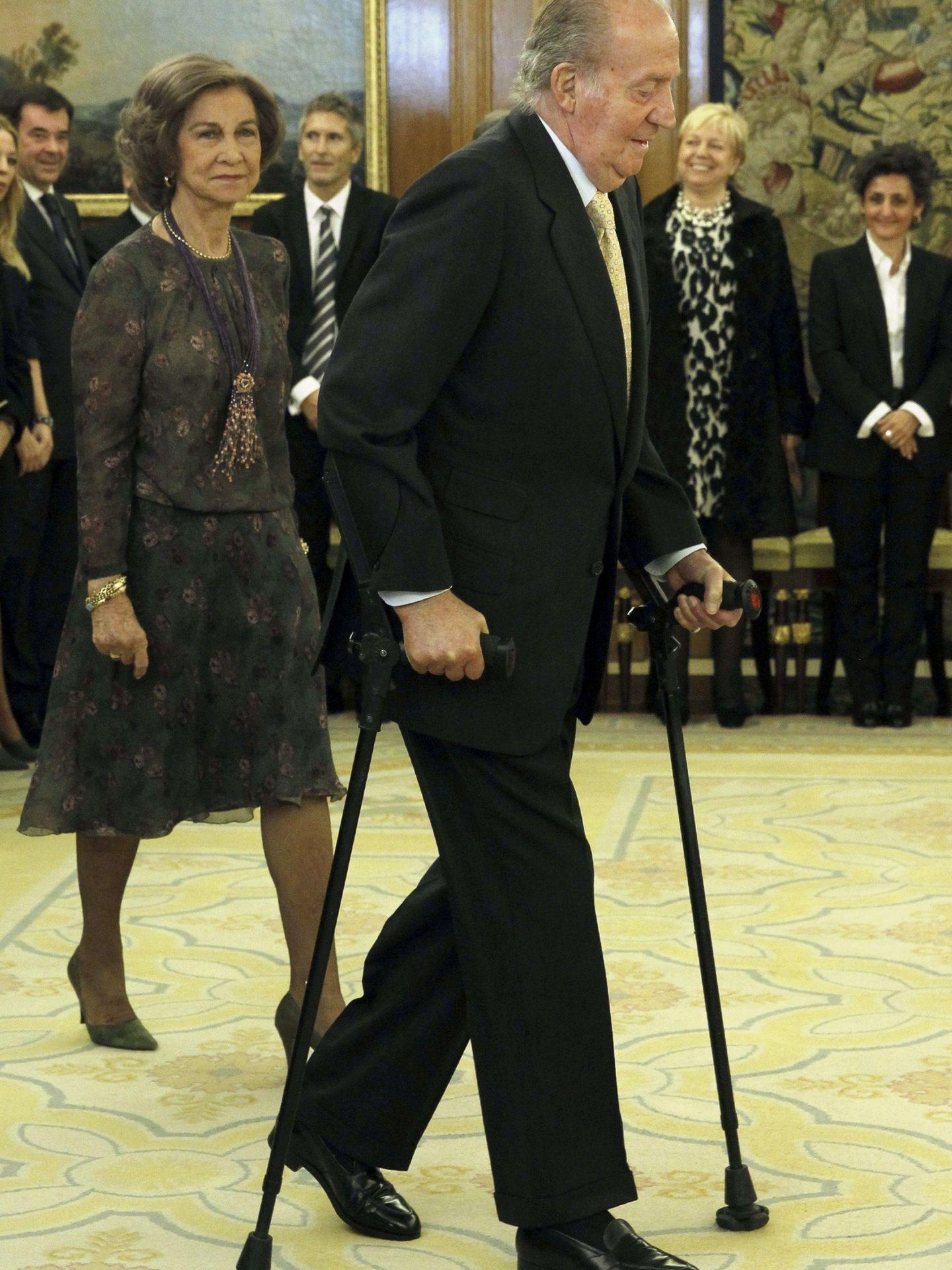 El rey Juan Carlos, en Zarzuela con muletas. (EFE)