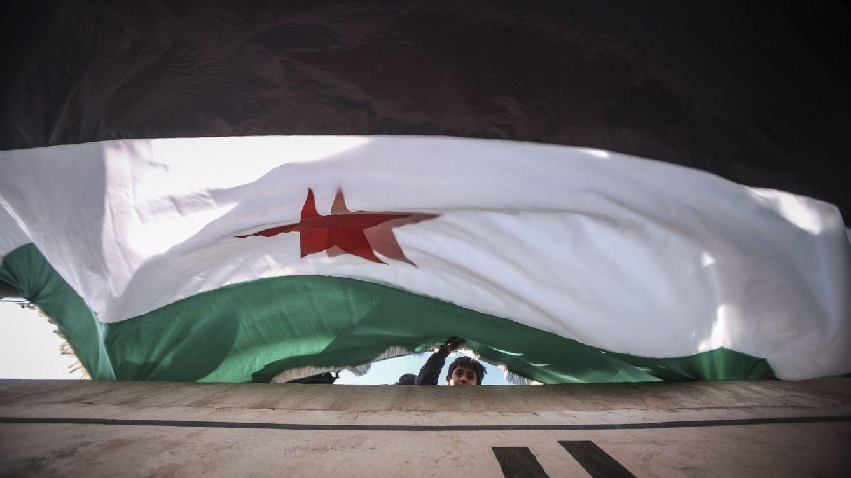Foto: Una bandera de la oposión siria ondea en el quinto aniversario del comienzo del conflicto. (EFE)