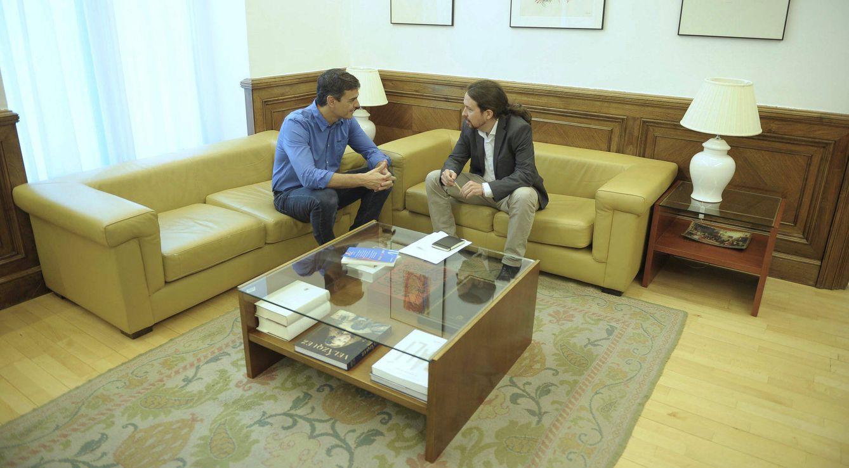 Foto: Pedro Sánchez y Pablo Iglesias conversan al comienzo de su reunión en el Congreso, este 27 de junio. (Borja Puig | PSOE)
