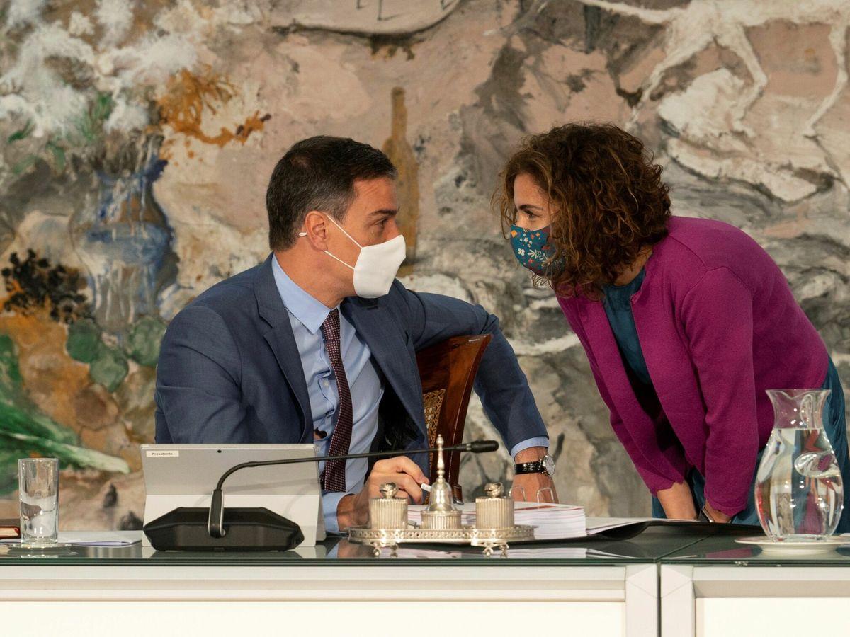 Foto: El presidente del Gobierno, Pedro Sánchez (i), conversa con la ministra de Hacienda, María Jesús Montero. (EFE)