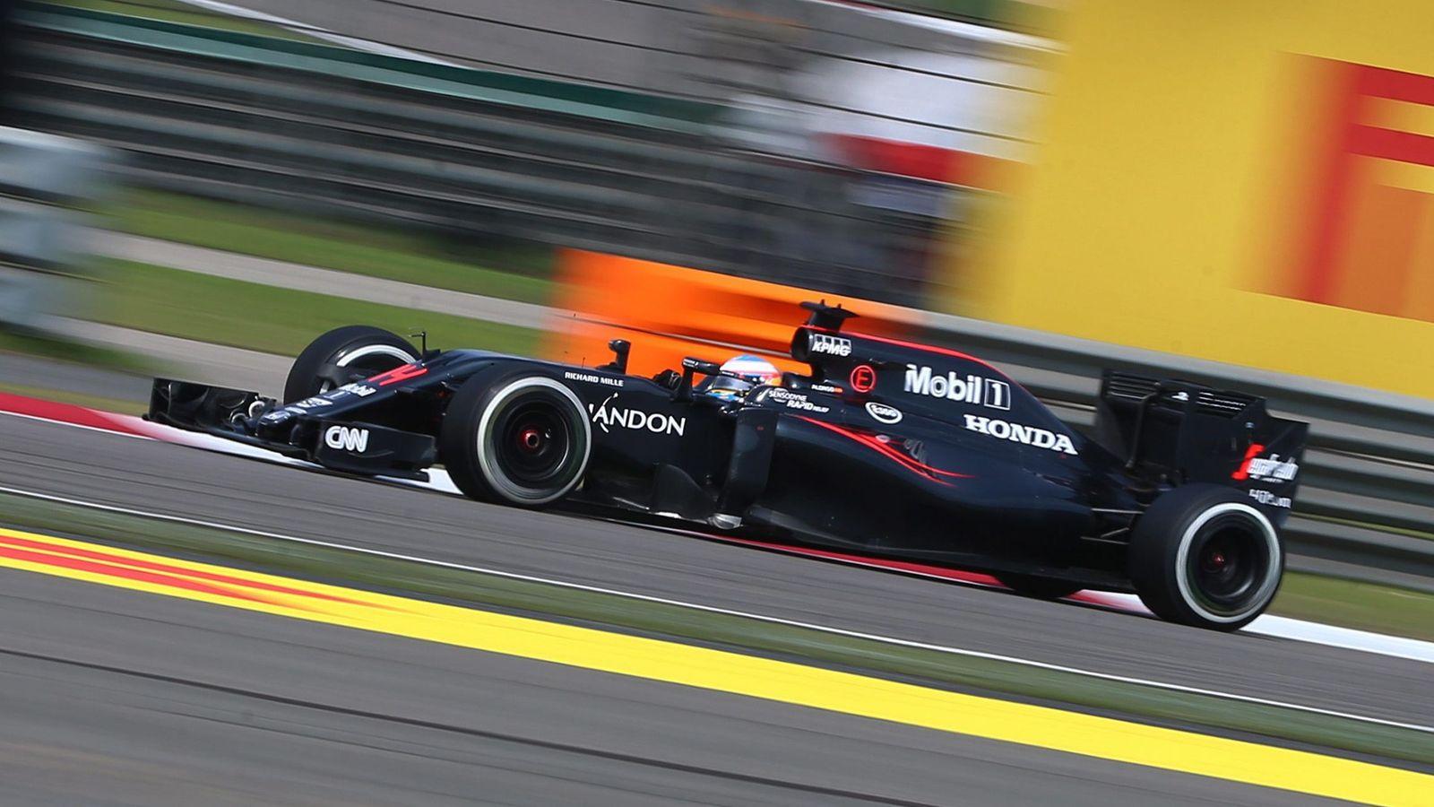 Foto: Fernando Alonso por el circuito internacional de Shanghai.