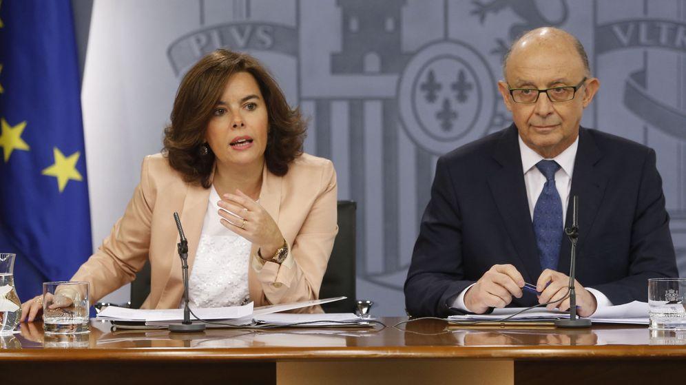 Foto: La vicepresidenta del Gobierno en funciones, Soraya Sáenz de Santamaría, y el ministro de Hacienda en funciones, Cristóbal Montoro. (EFE)