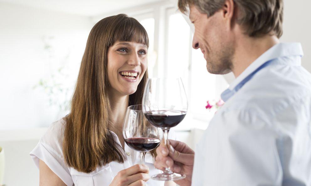 Foto: A veces nos preguntamos, entre copa y copa de vino, de dónde han salido esos kilos de más. (iStock)