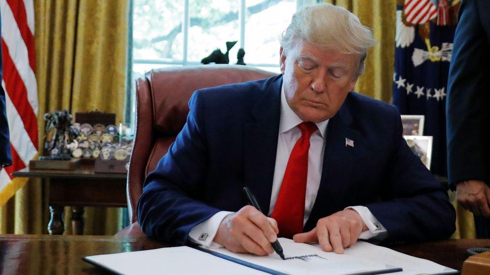 Foto: Donald Trump firma las saciones impuestas a Irán. (Reuters)