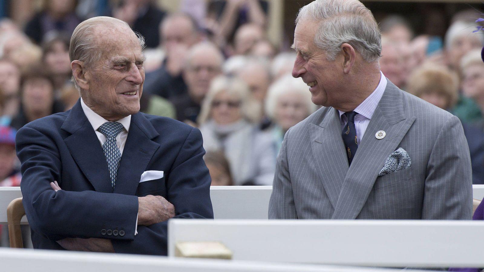 Foto: El duque de Edimburgo y el príncipe Carlos en una imagen de archivo. (Getty)