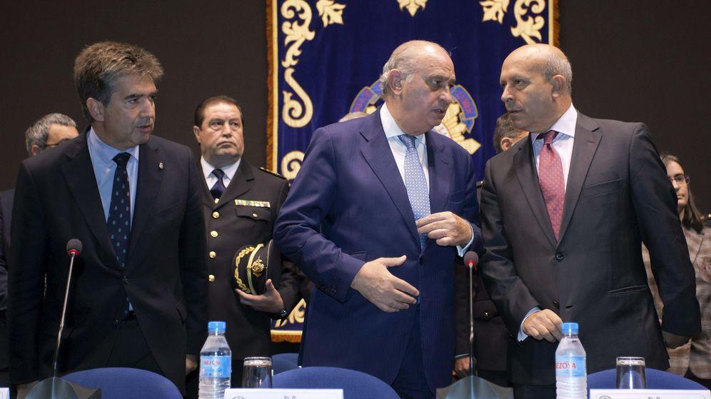 Foto: El ministro del Interior, Jorge Fernández Díaz (c), y el ministro de Educación, Cultura y Deporte, José Ignacio Wert (d), conversan en presencia del director general de la Policía, Ignacio Cosidó (i). (EFE)