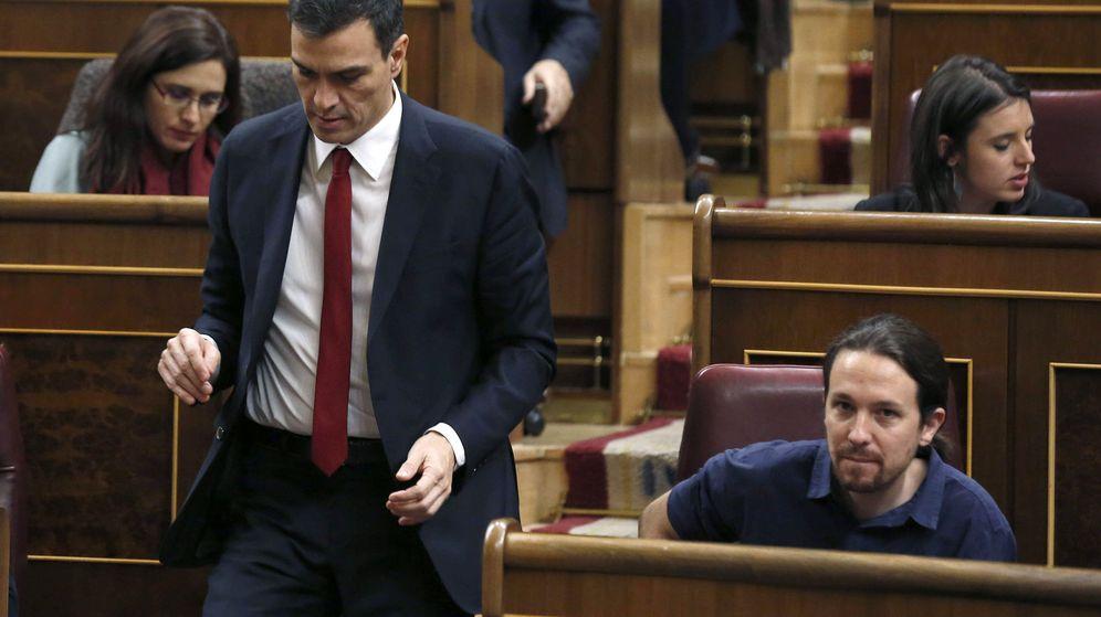 Foto: Los líderes del PSOE y Podemos, Pedro Sánchez y Pablo Iglesias, en la sesión constitutiva del Congreso, el pasado 13 de enero. (EFE)