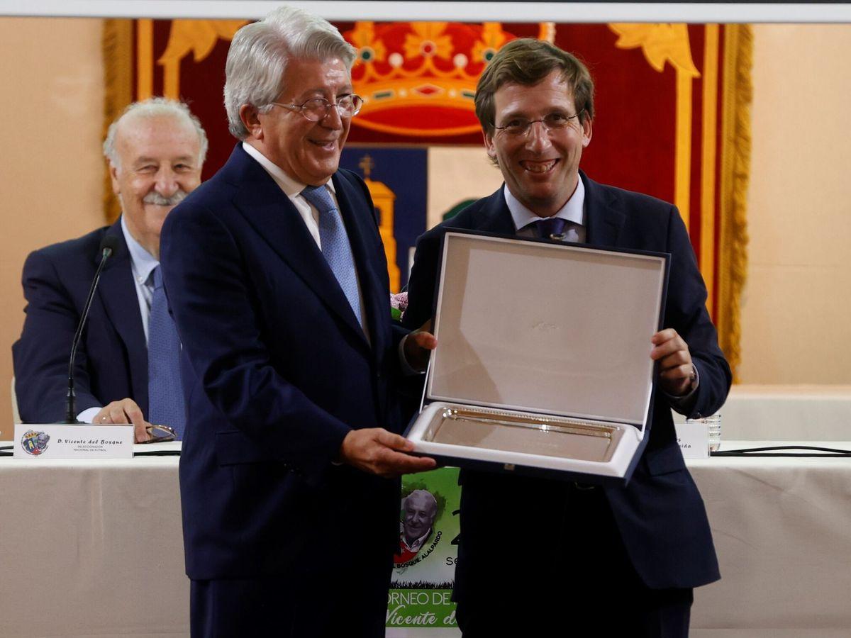 Foto: El presidente del Atlético de Madrid, Enrique Cerezo, entrega al alcalde de Madrid, José Luis Martínez Almeida. (Efe)