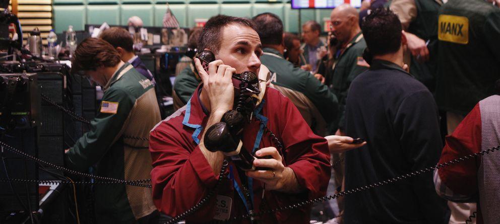 Foto: Un trader trabaja con tres teléfonos en el mercado de gas y crudo en la Bolsa de Materias Primas de Nueva York. (Reuters)