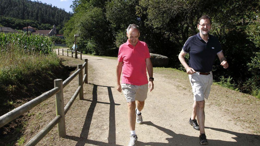 Foto: Mariano Rajoy y José Benito Suárez, en la Ruta da Pedra e da Auga, entre los municipios de Ribadumia y Meis, en 2015. (EFE)