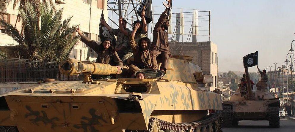 Foto: Combatientes del Estado Islámico desfilan en una imagen difundida por el grupo (Twitter)