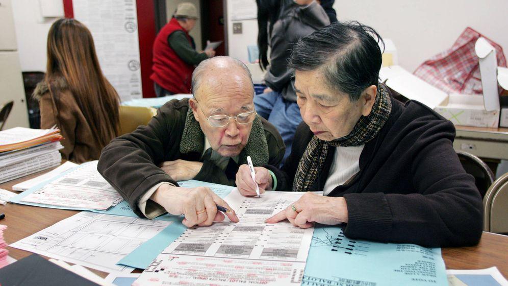 Foto: Dos votantes sinoamericanos en un colegio electoral en San Francisco, en 2004. (Reuters)