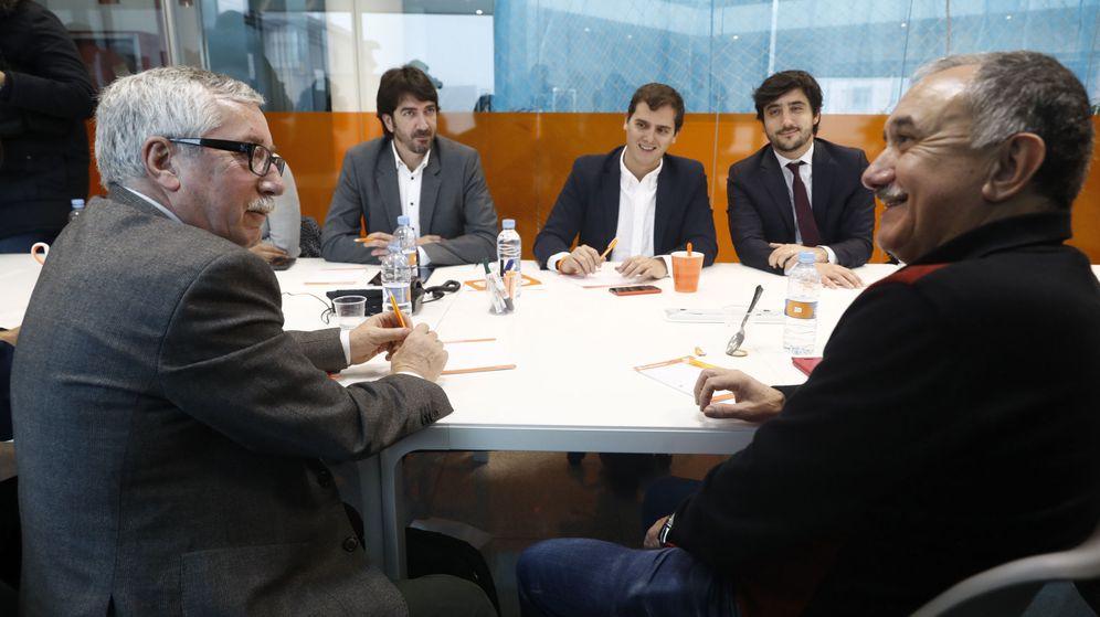 Foto: Albert Rivera (c), junto con los diputados Toni Roldán (2d) y Sergio del Campo (2i), durante la reunión con los representantes de CCOO y UGT, Ignacio Fernández Toxo (i) y José Álvarez. (EFE)