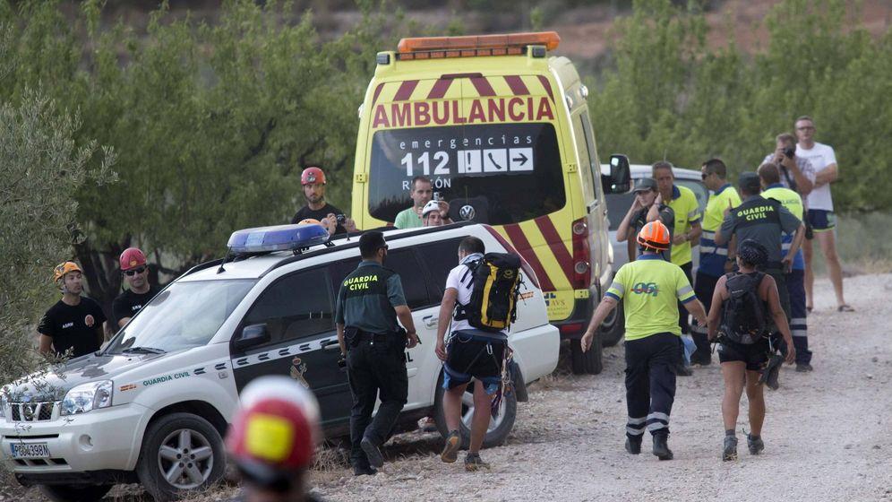 Foto: Una ambulancia del 112 y agentes de la Guardia Civil - Archivo. (EFE)