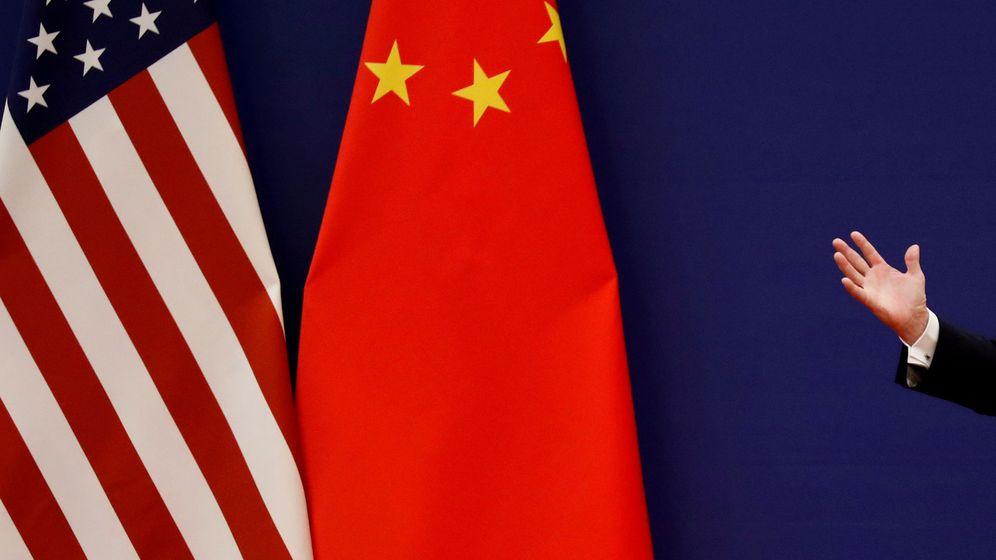 Foto: Las banderas de China y EEUU... y la mano de Donald Trump en un pasado encuentro con Xi Jinping. (Reuters)
