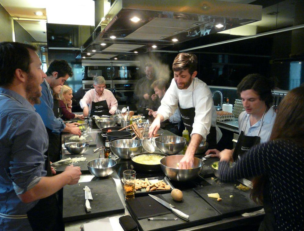 Foto: El chef John Gordon imparte una clase magistral sobre la tortilla de patata. (M. Ayuso)