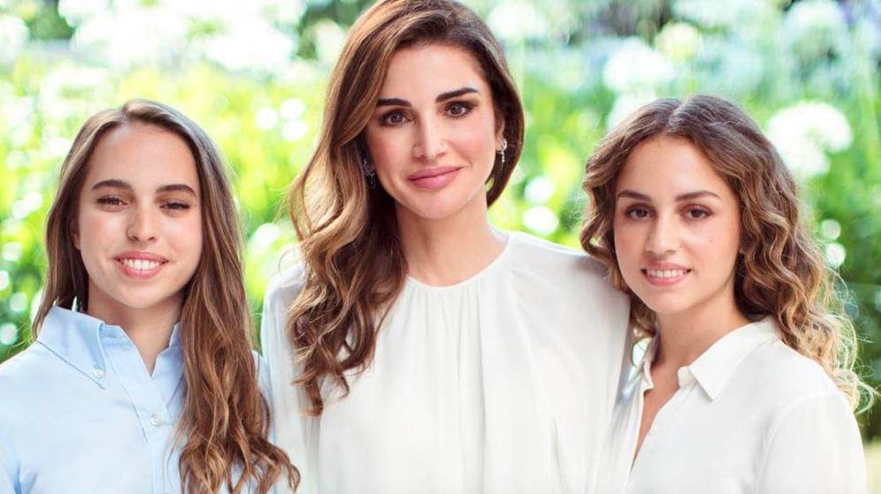 Foto: Rania junto a sus hijas, Salma e Iman. (Instagram @queenrania)