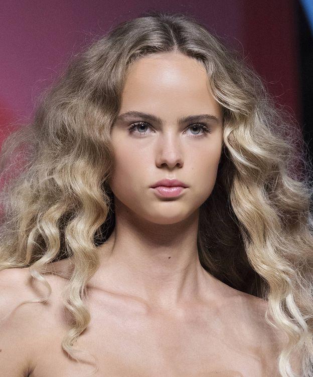 Foto: Cómo evitar en encrespamiento en el cabello rizado. (Imaxtree)