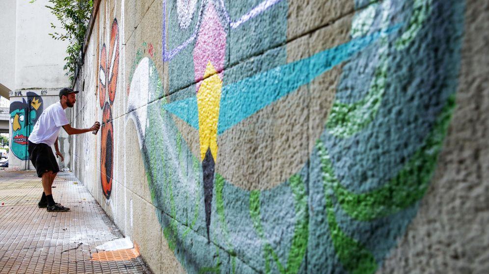 Foto: Fotografía de archivo de un grafitero pintando una pared. (EFE)