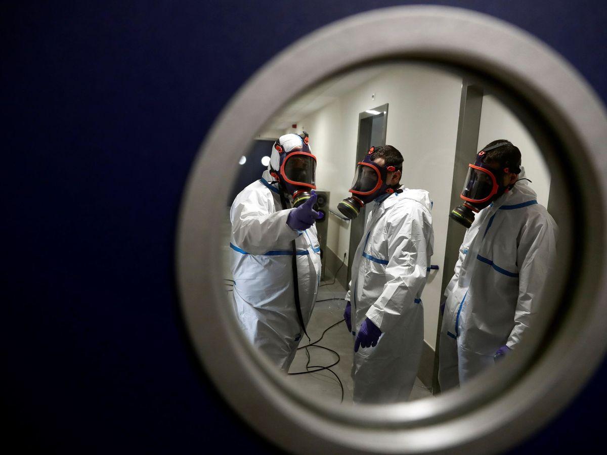 Foto: Operarios trabajan en la desinfección de una residencia del barrio madrileño de Villaverde. (EFE)