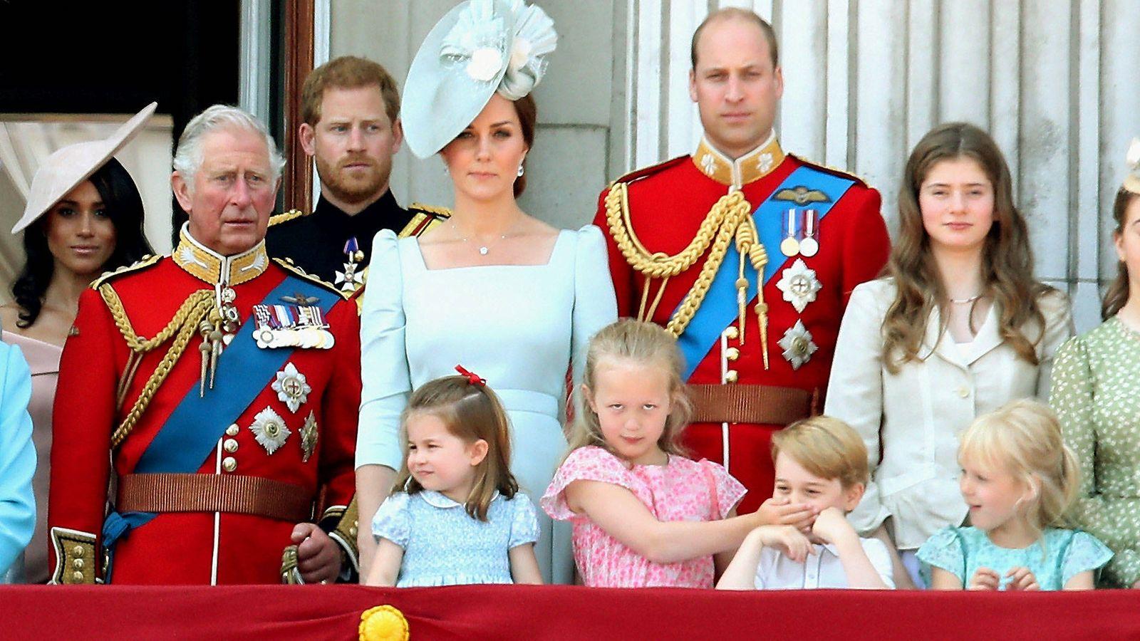 Foto:  Savannah e Isla Phillips junto al príncipe George y el resto de la familia real. (Getty Images)