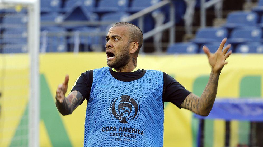 Foto: Dani Alves, durante un entrenamiento con la selección brasileña (Efe).