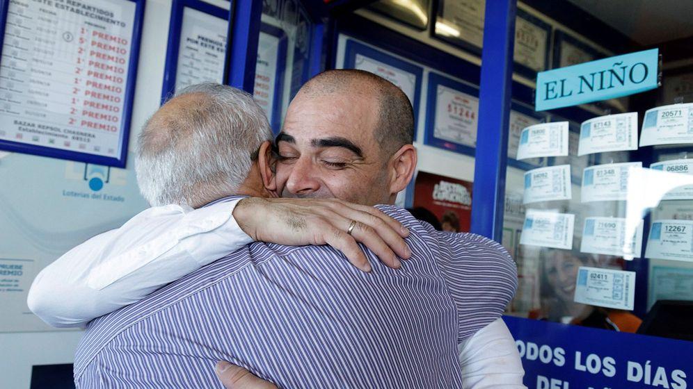 Foto: Los dueños de la administración de Granadilla de Abona se abrazan. (EFE)
