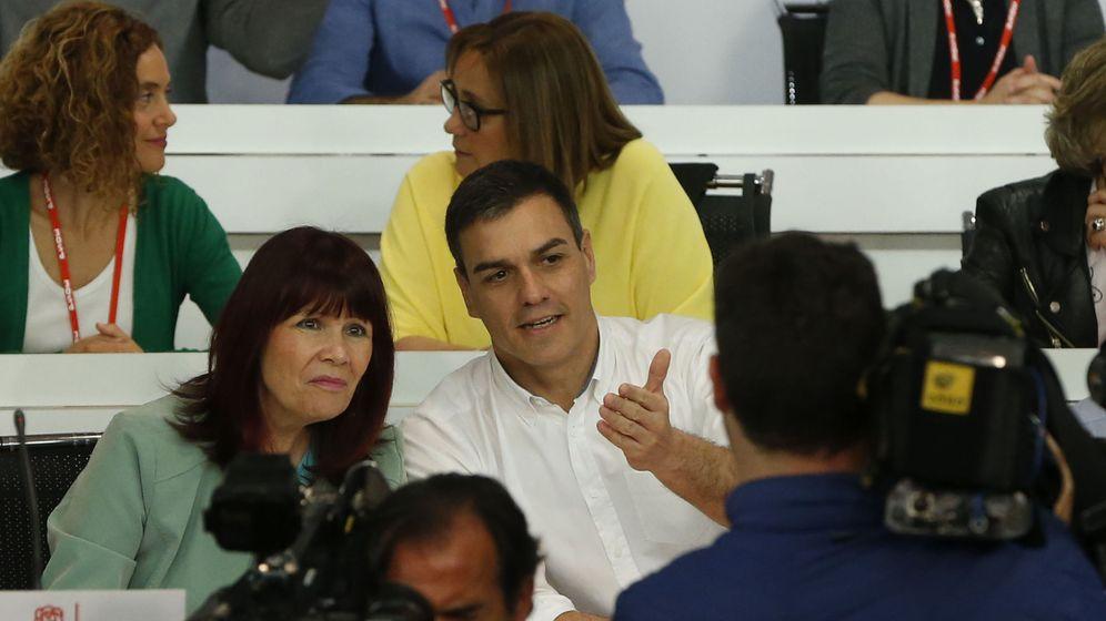 Foto: Pedro Sánchez conversa con Micaela Navarro, presidenta del PSOE, en el arranque del comité federal de este 30 de abril. (EFE)