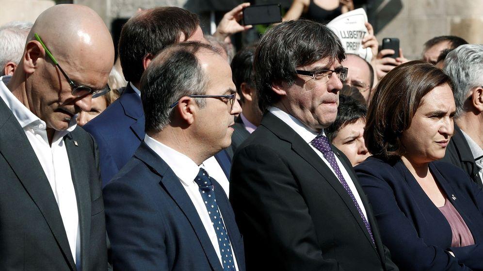 Foto: Carles Puigdemont, Ada Colau, Jordi Turull y Raül Romeva este martes durante la concentración de apoyo a Sànchez y Cuixart. (EFE)