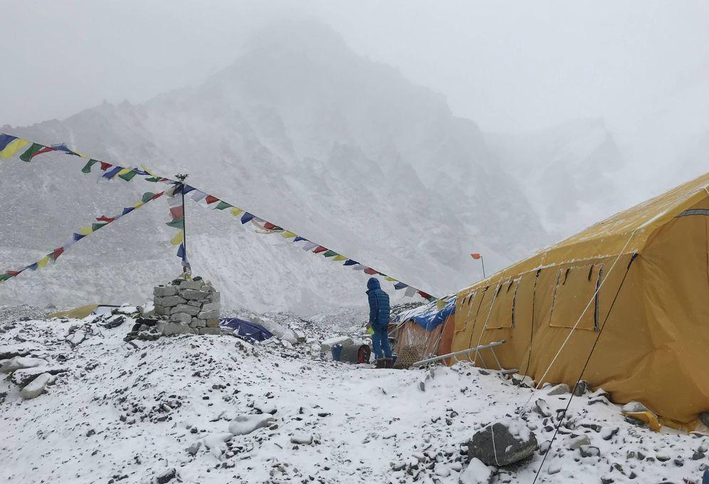 Foto: Vista del Campo base del Everest, cubierto por la nieve.