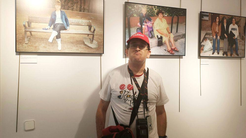 Foto: Antonio posa con tres de sus fotografías en la exposición. (R. C.)