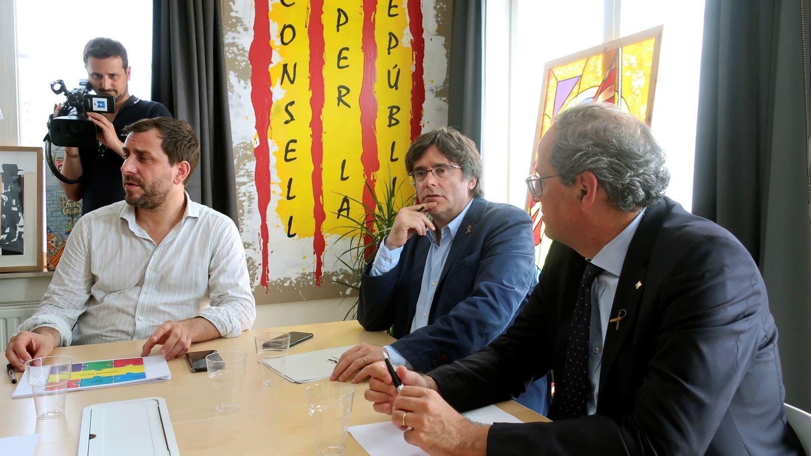 Foto: El expresidente de la Generalitat, Carles Puigdemont (c), conversa con su exconsejero Toni Comín (i) y con el actual presidente, Quim Torra, en Waterloo. (EFE)