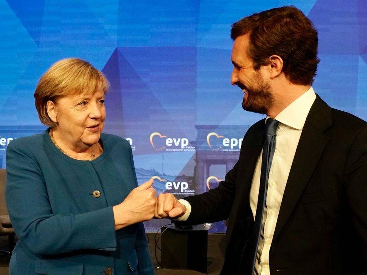 Foto: Pablo Casado junto a Angela Merkel en Berlín. (David Mudarra)