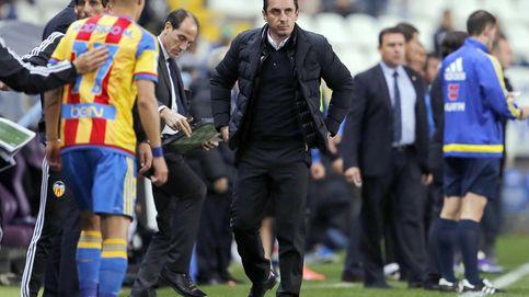 Neville se esconde en la grada mientras Pako Ayestaran dirige al Valencia