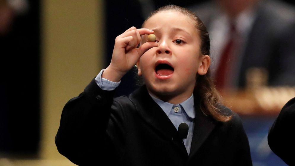 Foto: Aya, una niña del Colegio de San Ildefonso, durante el Sorteo Extraordinario de Lotería de Navidad. (EFE)