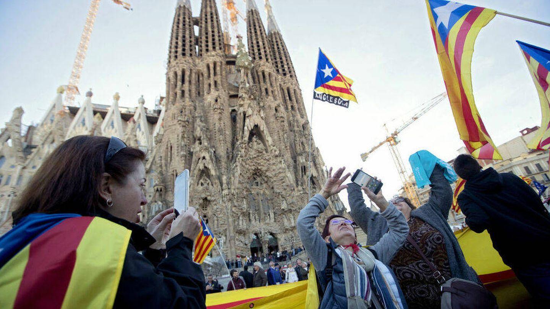Manifestación independentista a las puertas de la Sagrada Familia. (EFE)