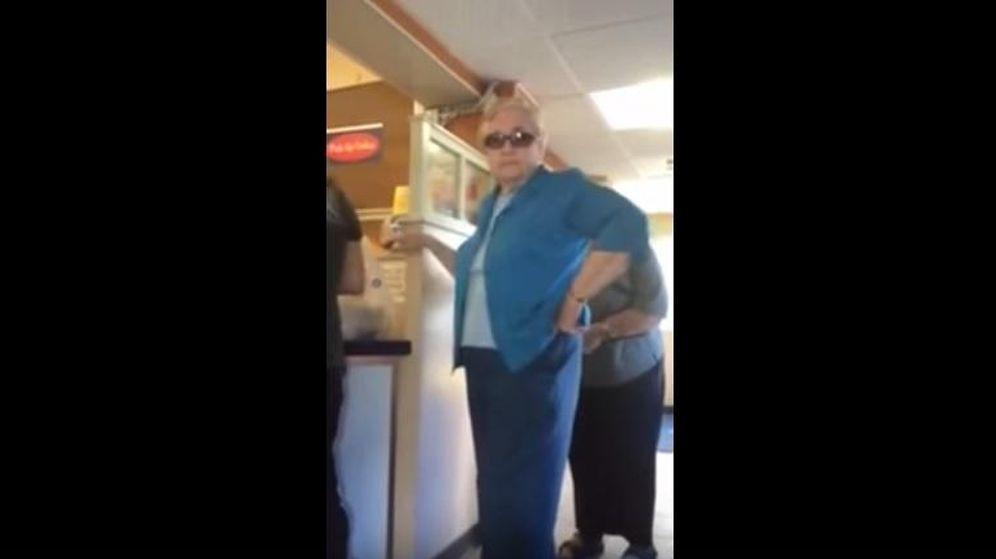 Foto: Fotograma del vídeo en el que puede verse a la mujer que increpa a la familia latina. (YouTube)