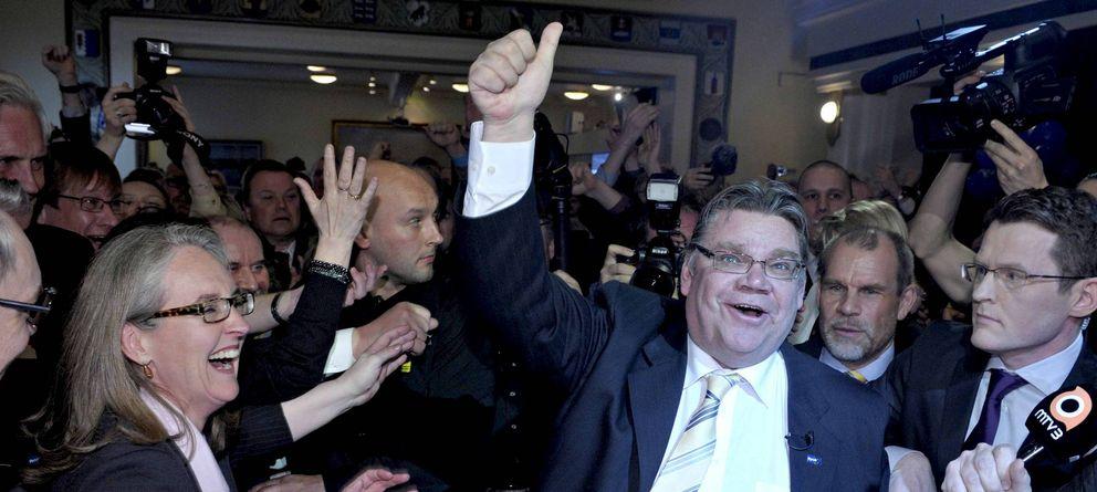 Foto: Soini (d), líder de Verdaderos Finlandeses, celebra con miembros de su partido y seguidores los resultados en las elecciones parlamentarias de 2011 (Ef