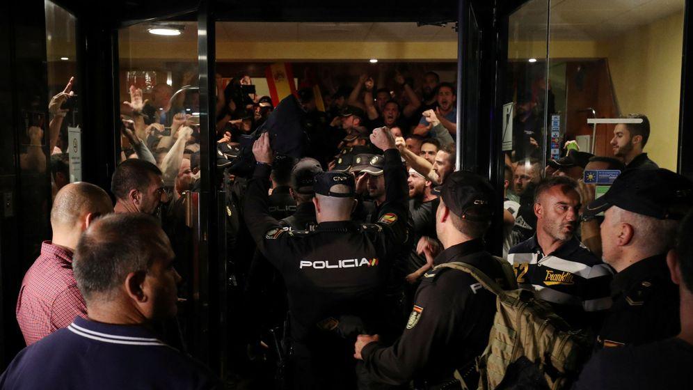Foto: Los policías, a las puertas de uno de los hoteles de Pineda del Mar. (Reuters)