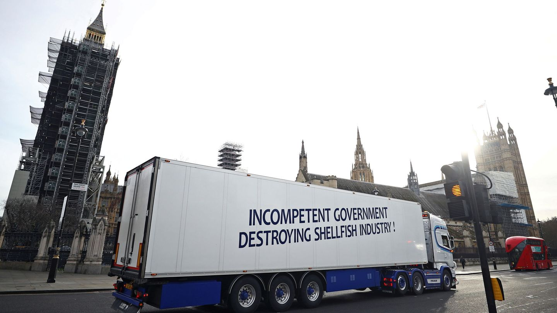 Camiones de la industria pesquera británica protestan contra el acuerdo del Brexit. (Foto: Reuters)