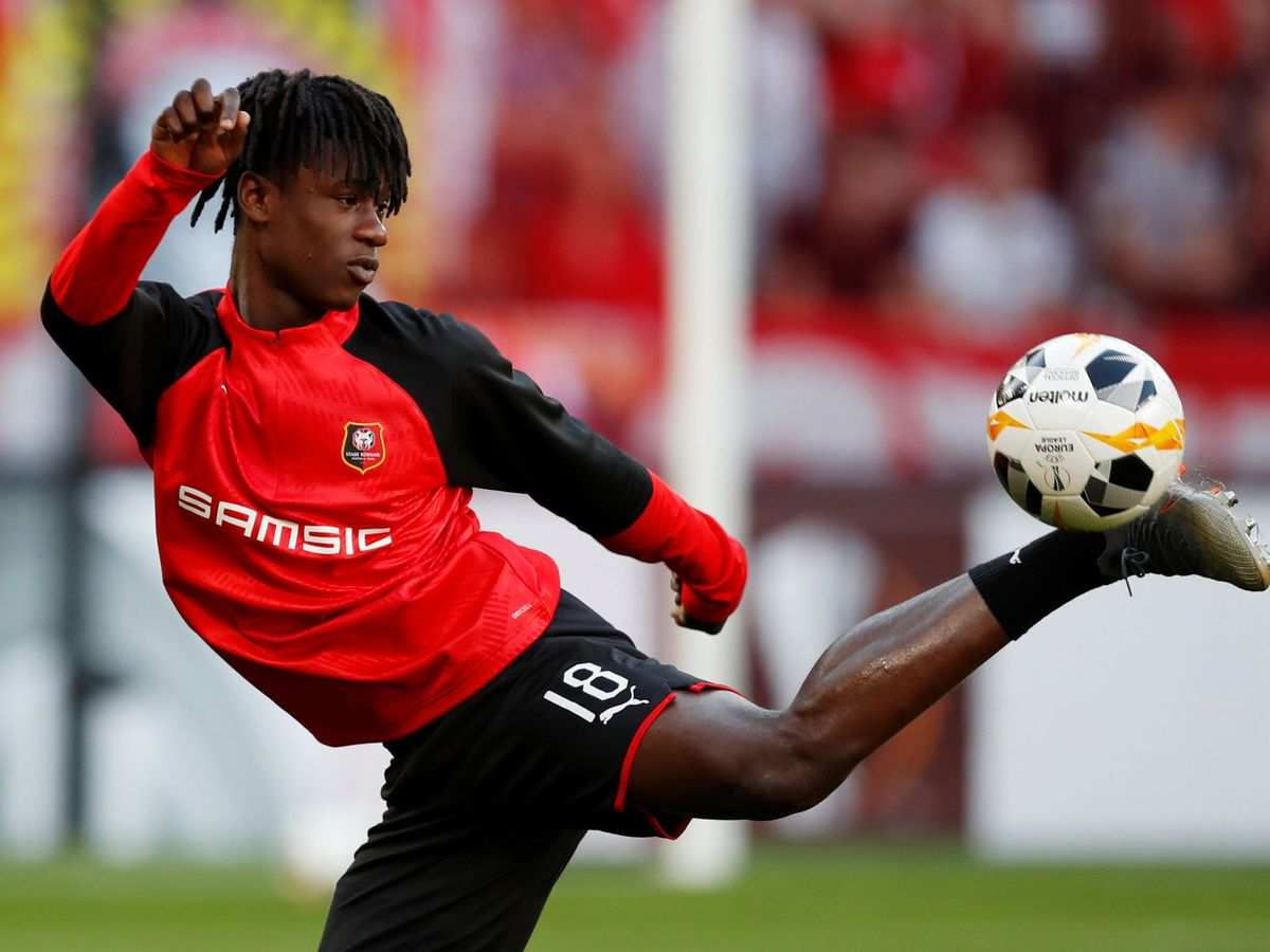 Foto: Eduardo Camavinga, jugador del Rennes, controla la pelota. (EFE)