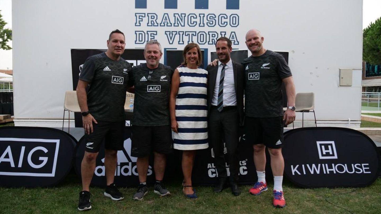 El 'staff' neozelandés del All Blacks Clinic de 2018 en Madrid (Peter Harold y Wayne Masters). En medio, Benedetta Cossarini, directora general de Iberia AIG, y Andrew Jenks, embajador de Nueva Zelanda en España. (Foto: All Blacks Clinic)