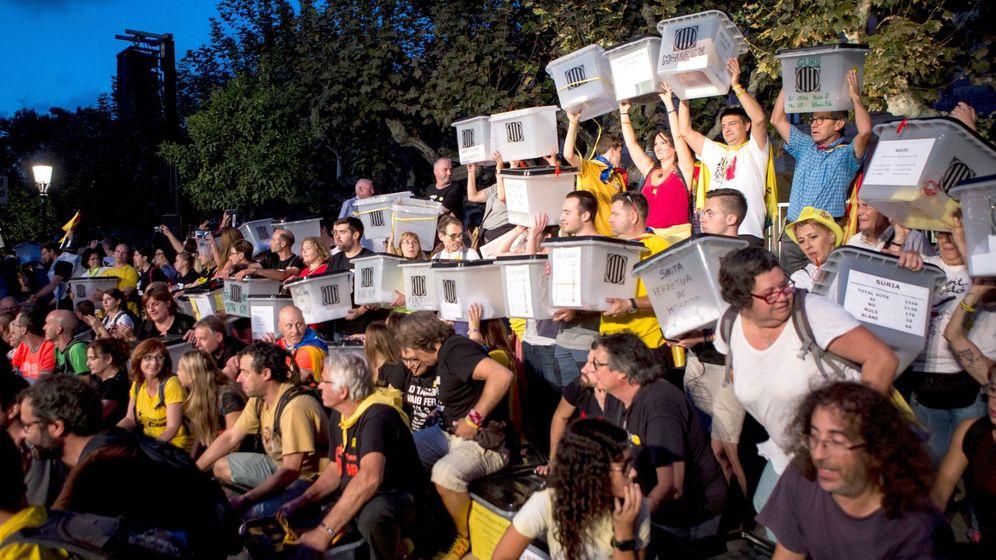 Foto:  Las urnas que los organizadores de la marcha soberanista Recuperemos el 1-O han trasladado desde la Plaza Catalunya de Barcelona, a su llegada al Parlament. (EFE)