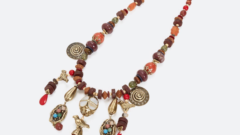 Collar artesanal de Uterqüe. (Cortesía)