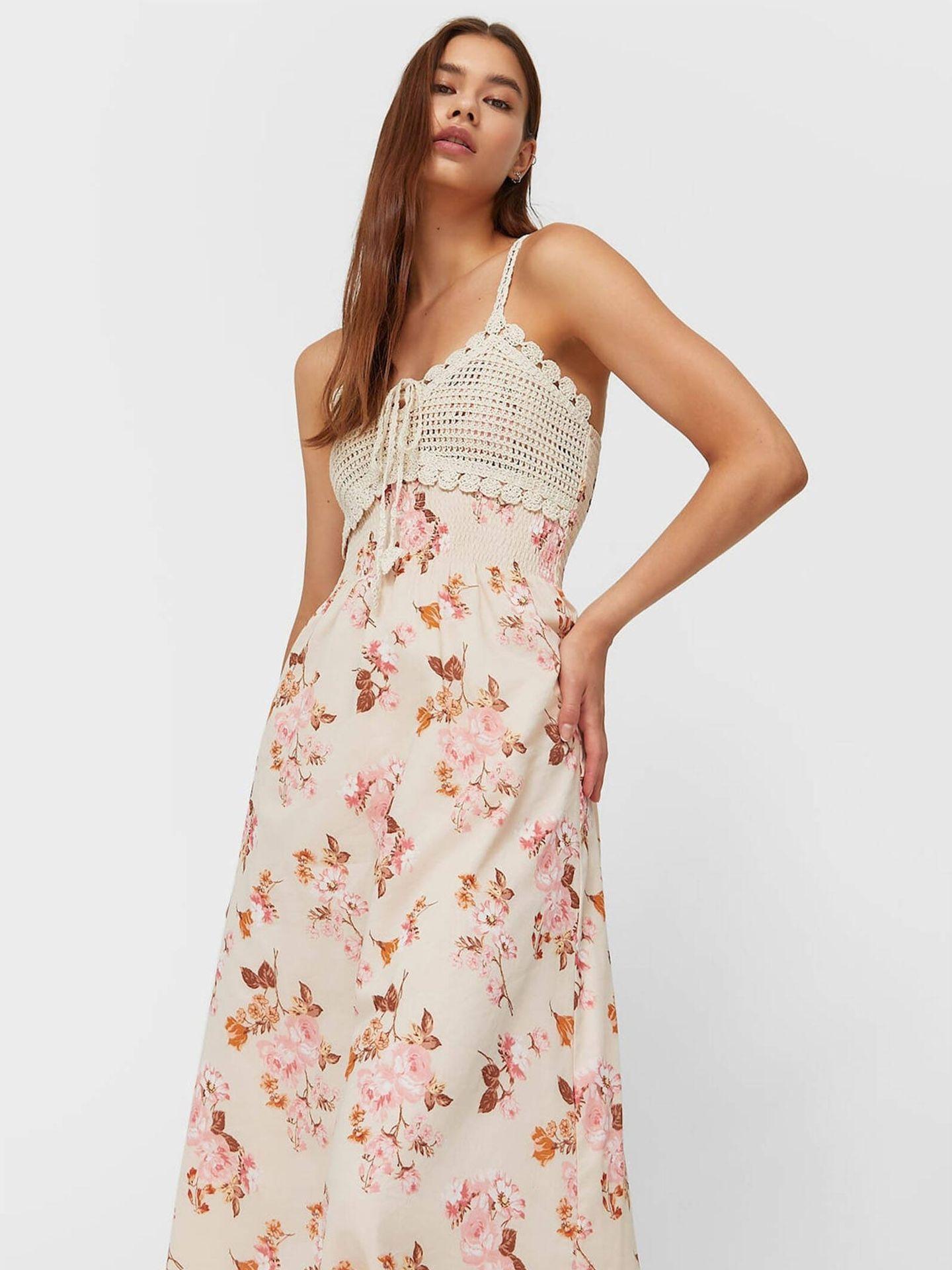 Vestido largo con estampado de flores de Stradivarius. (Cortesía)